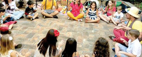 TARDE DE BRINCADEIRAS: Cakarecos faz evento na Casa da Esquina
