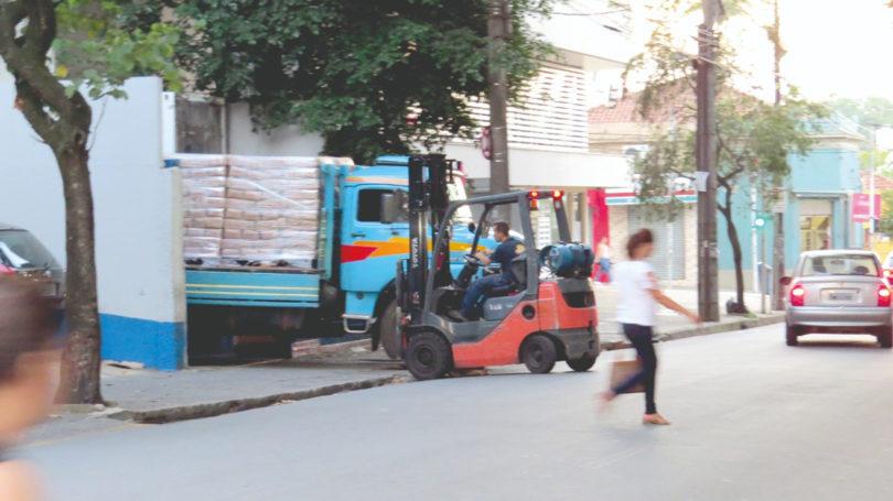 SEM FISCALIZAÇÃO: Caminhões estacionam irregularmente