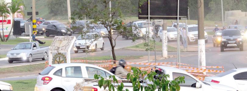 TRÂNSITO: Obra de viaduto tem tráfego lento