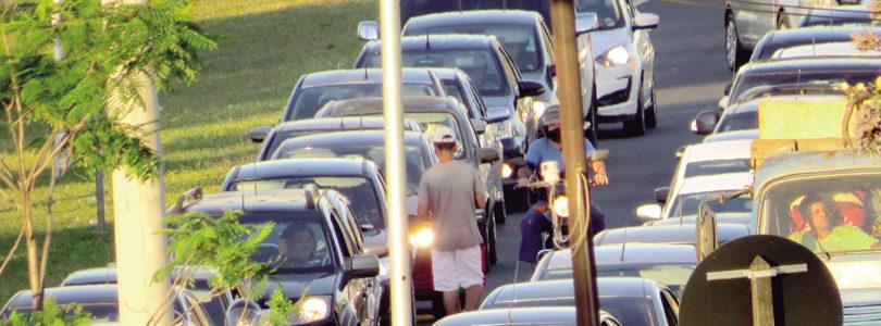 NOS SEMÁFOROS: Vendedores se mantêm com pandemia